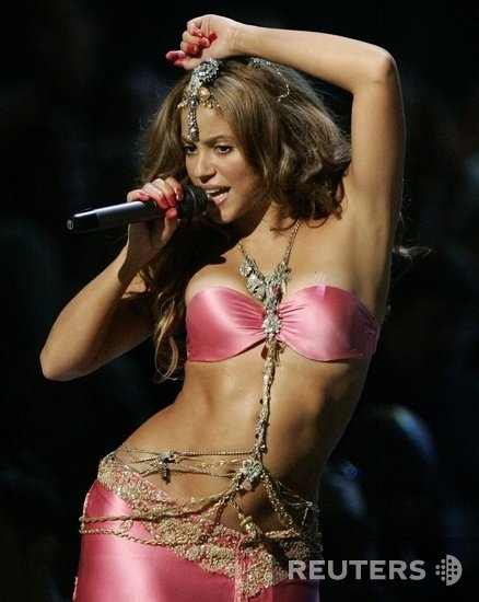 Shakira claims she could belly dance from birth Shakira claims she could belly dance from birth