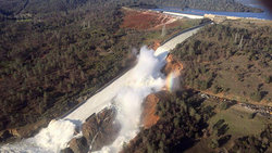 The water level in the dam disaster in California falls