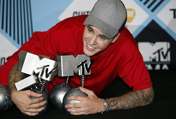 Rihanna and Bieber won the MTV award