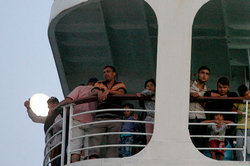 A thousand migrants wanted to break through on the ferry
